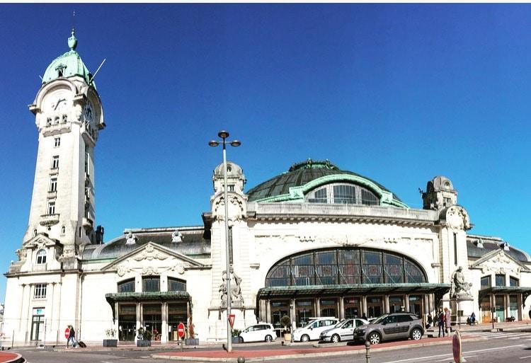 La gare de Limoges-Bénédictins est une gare ferroviaire française, la principale des deux gares de la commune de Limoges, en région Nouvelle-Aquitaine, lieu de l'émission 9h50 le matin.