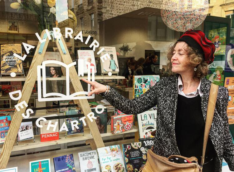 La vitrine remplie de livres de la librairie de Charline Corbel