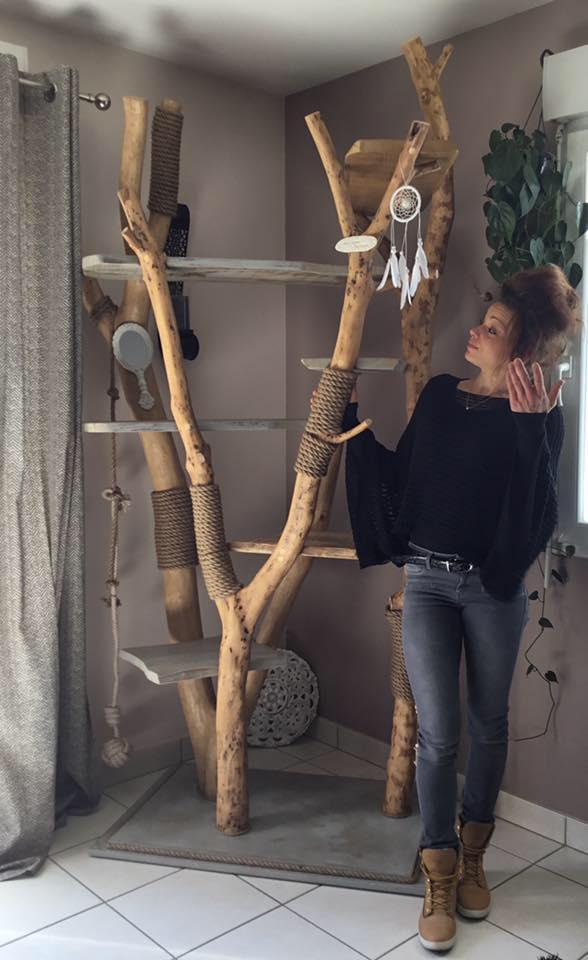 La jolie Julie Laguilliez au pied de son arbre à chat original