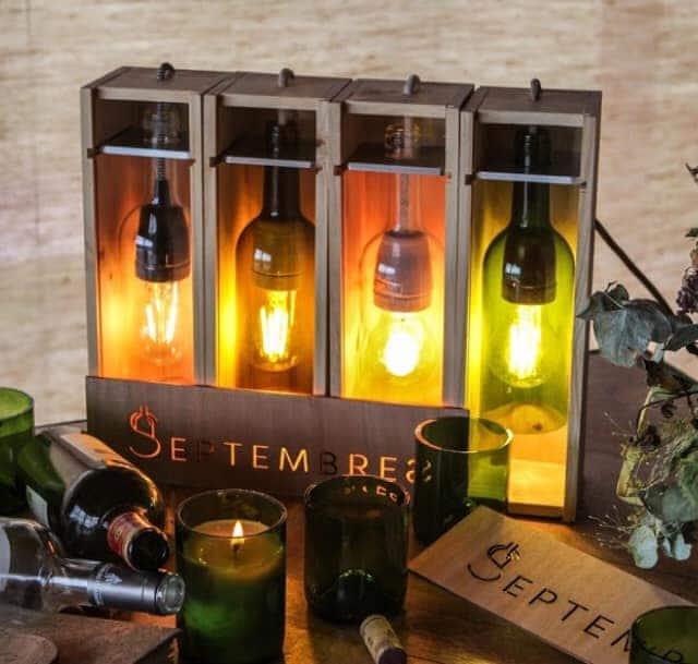 Des lampes, des verres et des bougies
