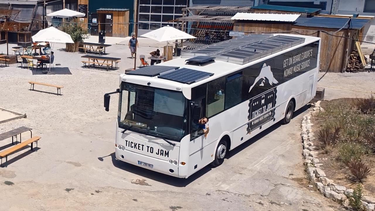 Le bus de Ticket To Jam vu d'en haut