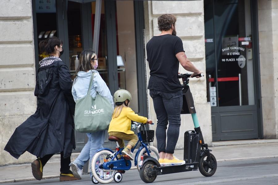 Tracer dans Bordeaux à vélo et en trottinette électrique