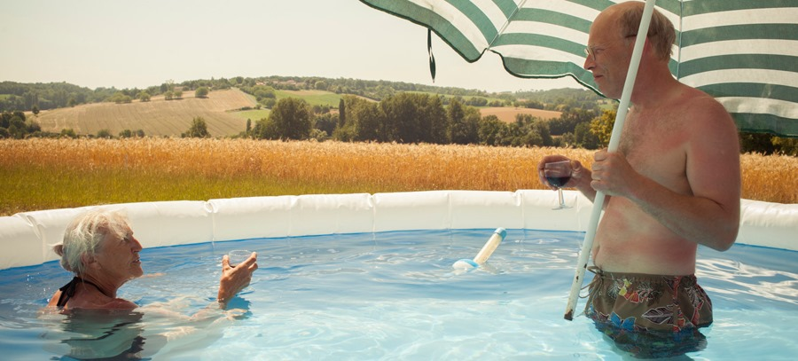 Elisabeth et Hugh dans la piscine