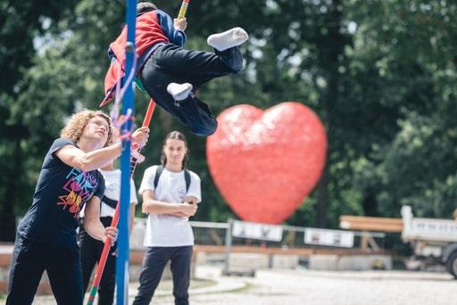 Des ateliers sportifs devant le Abalone Heart